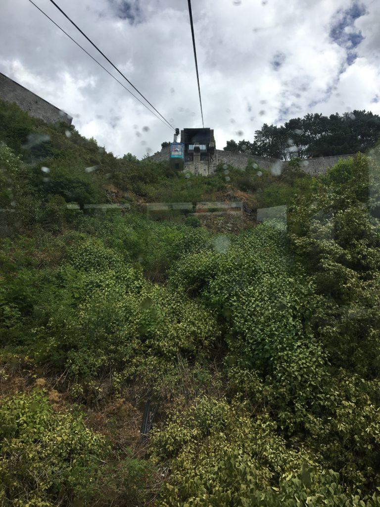 le téléphérique menant vers la citadelle de Dinant, vu a partir du bas.