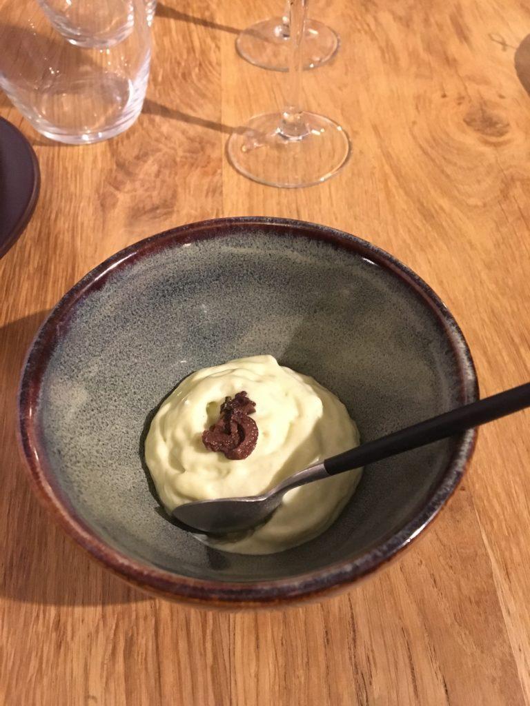 humus à l'estragon et olives noires