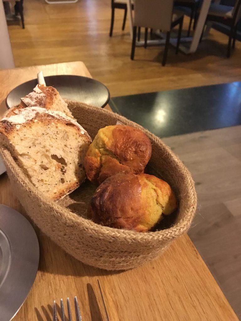 panier de pain et cakes faits maison
