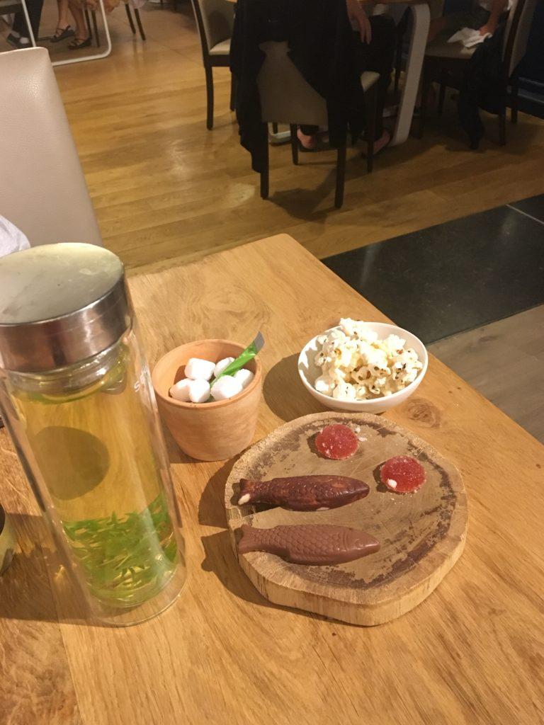 infusion avec mignardises à La Toquade, restaurant gastronomique à Crupet